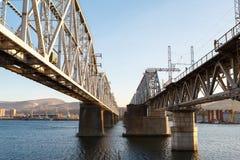 Flod för järnvägbrovinter Royaltyfria Bilder