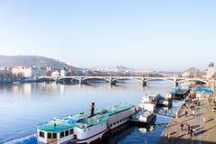 Flod för sol för stadsvatten Arkivfoto