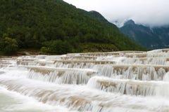 Flod för vitt vatten, berg för jadedrakesnö, lijiang, yunnan, Kina royaltyfri bild
