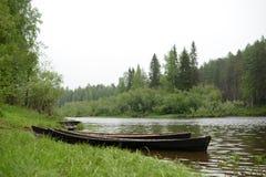 Flod Forest Boat fotografering för bildbyråer