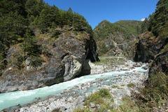 Flod från Nepal i den everest treken Arkivfoton
