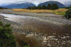 Flod från rävglaciären med rockförgrund Arkivbilder