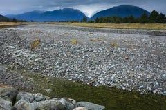 Flod från rävglaciären med rockförgrund Royaltyfri Foto