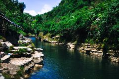 Flod framme av den Sri Gethuk vattenfallet i Bantul, Yogyakarta, Indonesien Royaltyfri Bild