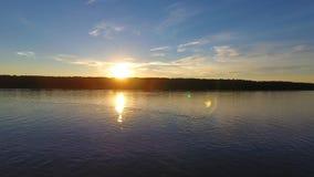 Flod framme av solnedgången, flyg- sikt arkivfilmer