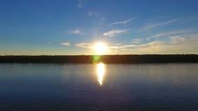 Flod framme av solnedgången, flyg- sikt lager videofilmer