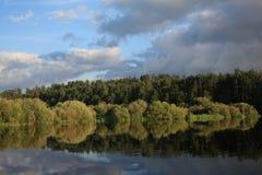 Flod i aftonen Fotografering för Bildbyråer