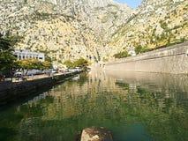 Flod i bakgrunden av berg i den gamla staden av Kotor T royaltyfri fotografi
