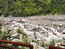 Flod i berg royaltyfri foto