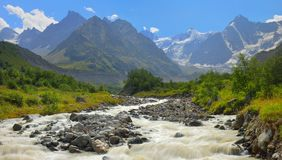Flod i berg arkivbilder