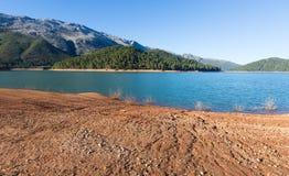 Flod i berg guadalquivir royaltyfri foto