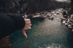 Flod i bergen av bukovel arkivfoton