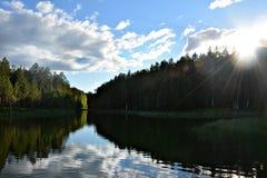 Flod i de guld- strålarna av aftonsolen Fotografering för Bildbyråer