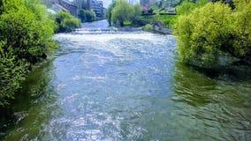 Flod i den cluj napocaen i Rumänien arkivfoto