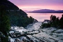 Flod i den nordliga Norge nära Alta under den härliga och romantiska skymningen Alta Finnmark, nordliga Norge Fotografering för Bildbyråer