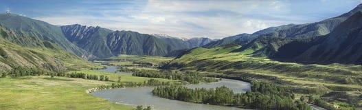 flod i en bred dal arkivbild