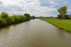 Flod i ett skogsbevuxet område Royaltyfria Bilder
