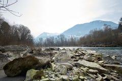 Flod i Europa Österrike med stenar fotografering för bildbyråer