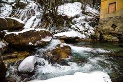 Flod i fjällängarna under vinter Royaltyfria Bilder