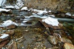 Flod i fjällängarna under vinter Royaltyfri Fotografi