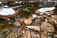 Flod i fjällängarna under vinter Arkivfoto