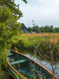 Flod i gammal holländsk by Royaltyfri Bild