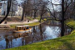 Flod i gammal stad Royaltyfri Fotografi