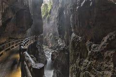 Flod i Jiuxiang det sceniska området i Yunnan i Kina Thee Jiuxiang grottaområde är nära stenskogen av Kunming Arkivfoton