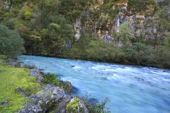 Flod i Kaukasus berg, Abchazien, Georgia Arkivfoto
