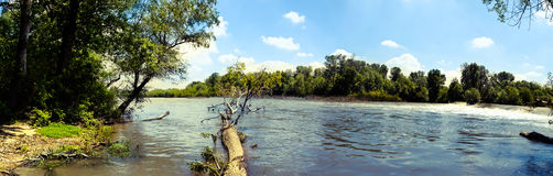 Flod i klar sommardag Arkivbilder
