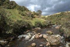 Flod i nariñoen Colombia nära den Rio Bobo behållaren arkivbild