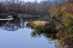 Flod i nedgången i New England royaltyfri fotografi