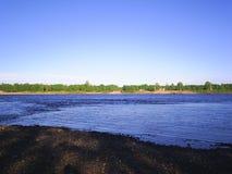 Flod i norden av Ryssland i sommaren Arkivfoto
