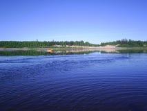 Flod i norden av Ryssland i sommaren Royaltyfri Fotografi