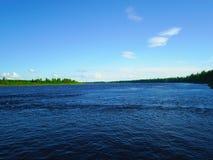 Flod i norden av Ryssland i sommaren Fotografering för Bildbyråer