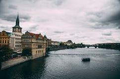 Flod i Prague oldtown på regnig dag Royaltyfri Fotografi