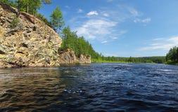 Flod i södra Yakutia Chulman Royaltyfri Fotografi