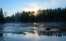 Flod i soluppgång Arkivbild
