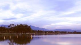 Flod i sommaren med ett landskap av moln royaltyfria bilder