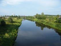 Flod i sommarfält royaltyfria bilder