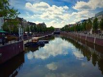 Flod i stadskärna Arkivfoto