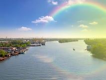 Flod i sydliga Thailand, med reflexion för blå himmel och regnbågen royaltyfria foton