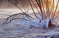 Flod i vinter med snö, is och istappar Arkivbilder