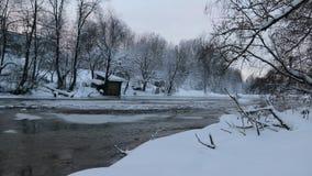 Flod i vinter med sn? Floden p? gryning Avdunstning från vatten frostig vinter Vattnet fryste inte i vinter arkivfilmer