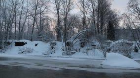 Flod i vinter med sn? Floden p? gryning Avdunstning från vatten frostig vinter Vattnet fryste inte i vinter lager videofilmer
