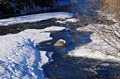 Flod i vinter under snö fotografering för bildbyråer