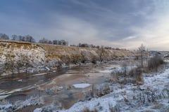 Flod i vinterdag Arkivbilder
