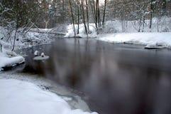 Flod i vintern. Arkivfoton