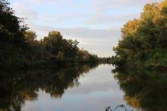 Flod Ishim - favorit- liten flod fotografering för bildbyråer