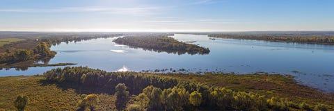 Flod Kama i höstdag Arkivbilder